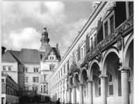 Bundesarchiv_Bild_183-1989-0117-006,_Dresden,_Schloss,_Stallhof,_Langer_Gang