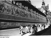 Bundesarchiv_Bild_183-1989-0601-015,_Dresden,_Schloss,_Stallhof,_Fürstenzug