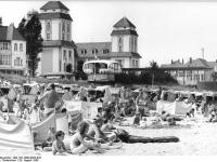 Bundesarchiv_Bild_183-1989-0828-025,_Rügen,_Binz,_Hochbetrieb_am_Strand