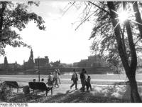 Bundesarchiv_Bild_183-1989-1022-009,_Dresden,_Elbufer