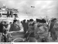 Bundesarchiv_Bild_183-1989-1115-022,_Berlin,_Brandenburger_Tor,_vor_Grenzöfffnung