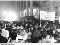 Bundesarchiv_Bild_183-1989-1120-027,_Leipzig,_Montagsdemonstration