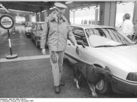 Bundesarchiv_Bild_183-1989-1128-012,_Berlin,_Rauschgiftspürhund_im_Einsatz