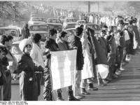 Bundesarchiv_Bild_183-1989-1203-009,_Dresden,_Ortsausgang,_Menschenkette