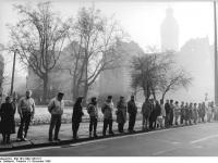 Bundesarchiv_Bild_183-1989-1203-011,_Leipzig,_Lutherring,_Menschenkette