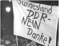 Bundesarchiv_Bild_183-1989-1204-037,_Dresden,_Montagsdemonstration