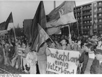 Bundesarchiv_Bild_183-1989-1219-021,_Dresden,_Besuch_Kohl,_Demonstranten