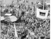 Bundesarchiv_Bild_183-1989-1219-025,_Dresden,_Besuch_Kohl,_Demonstranten