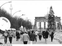 Bundesarchiv_Bild_183-1989-1223-005,_Berlin,_Grenzübergang_Brandenburger_Tor