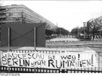 Bundesarchiv_Bild_183-1989-1223-006,_Berlin,_Brandenburger_Tor,_Transparte_zu_Rumänien
