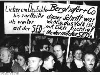 Bundesarchiv_Bild_183-1990-0122-030,_Dresden,_Montagsdemonstration