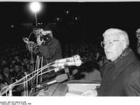 Bundesarchiv_Bild_183-1990-0212-030,_Güstrow,_SPD-Wahlkundgebung,_Helmut_Schmidt