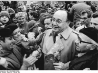 Bundesarchiv_Bild_183-1990-0228-030,_Erfurt,_Volkskammerwahl,_FDP-Wahlkundgebung,_Genscher