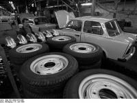 Bundesarchiv_Bild_183-1990-0315-006,_Zwickau,_Trabi_ade