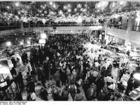 Bundesarchiv_Bild_183-1990-0318-037,_Berlin,_Volkskammerwahl,_Wahlzentrum