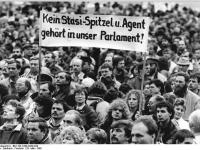 Bundesarchiv_Bild_183-1990-0329-029,_Leipzig,_Demonstration_gegen_MfS