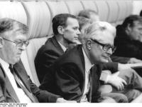 Bundesarchiv_Bild_183-1990-0420-019,_Berlin,_4._Volkskammertagung,_Hans-Jochen_Vogel,_Bertele