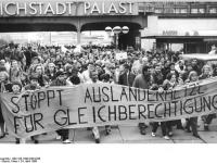 Bundesarchiv Bild 183-1990-0424-035, Berlin, Demonstration gegen Auslaenderfeindlichkeit