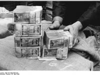Bundesarchiv_Bild_183-1990-0425-023,_Berlin,_DDR-Staatsbank,_Tresor-Räumung