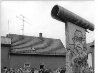 Bundesarchiv Bild 183-1990-0429-010, Bez. Erfurt, Rita Süssmuth vor Mauerdenkmal