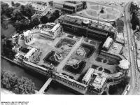 Bundesarchiv_Bild_183-1990-0516-012,_Dresden,_Zwinger,_Luftbild