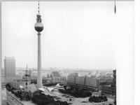 Bundesarchiv_Bild_183-1990-0718-024,_Berlin,_Fernsehturm,_Marienkirche,__Palast_-Hotel