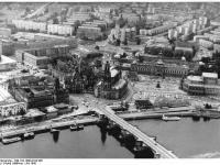 Bundesarchiv_Bild_183-1990-0724-306,_Dresden,_Luftaufnahme,_Semper-Oper,_Zwinger,_Hofkirche