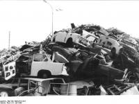 Bundesarchiv Bild 183-1990-0731-016, Berlin, Verschrottung von PKW Trabant