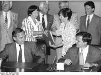 Bundesarchiv Bild 183-1990-0803-016, Berlin, Wahlvertrag, Schäuble, Krause
