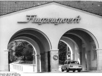Bundesarchiv_Bild_183-1990-0826-011,_Dresden,_Flugzeugwerft,_Einfahrt