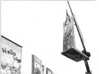 Bundesarchiv Bild 183-1990-0829-016, Berlin, Mauerteil, Spende für Kennedy-Bibliothek