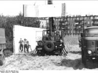Bundesarchiv Bild 183-1990-0831-011, Berlin, Plänterwald, Abbau Grenzanlagen