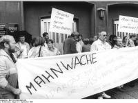 Bundesarchiv Bild 183-1990-0905-026 Rostock Mahnwache vor Stasi-Bezirkszentrale