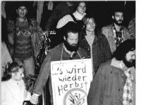 Bundesarchiv_Bild_183-1990-0917-030,_Dresden,_Montagsdemo,_Stasiakten_nicht_verlagern