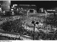 Bundesarchiv_Bild_183-1990-0922-002,_Leipzig,_Montagsdemonstration
