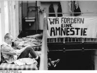 Bundesarchiv_Bild_183-1990-0928-027,_Dresden,_Untersuchungshaftanstalt,_Amnestie-Forderung