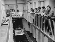 Bundesarchiv_Bild_183-1990-0928-029,_Dresden,_Amnestie-Forderung_in_Haftanstalt