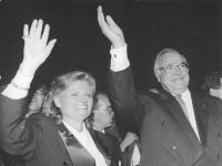 Bundesarchiv_Bild_183-1990-1003-010,_Berlin,_Reichstag,_Hannelore_und_Helmut_Kohl