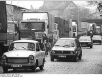 Bundesarchiv Bild 183-1990-1109-304, Guben, Stau, Grenzverkehr