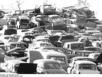Bundesarchiv Bild 183-1990-1228-011 Nordhausen Schrottplatz Trabants Wartburgs