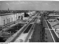 Bundesarchiv Bild 183-19915-0003, Berlin, Bau Karl-Marx-Allee, Blick von Block A-Südost
