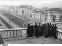 Bundesarchiv Bild 183-22673-0002, Berlin, Bau Karl-Marx-Allee, Dachgarten Magdeburger Haus