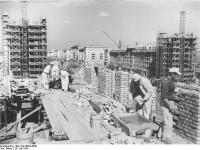 Bundesarchiv_Bild_183-25692-0006,_Berlin,_Bau_Karl-Marx-Allee,_Hochhaus_Block_G-Süd
