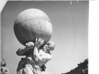 Bundesarchiv_Bild_183-26055-0015,_Dresden,_Zwinger,_Herkules_mit_der_Erdkugel