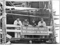 Bundesarchiv Bild 183-27658-0006, Berlin, Baustelle Weissensee, Bauarbeiter, Plakat