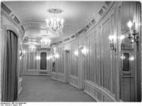 Bundesarchiv_Bild_183-32485-0001,_Berlin,_Deutsche_Staatsoper,_Wandelgang_1._Rang