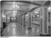 Bundesarchiv_Bild_183-32485-0007,_Berlin,_Deutsche_Staatsoper,_Publikums-Garderoben