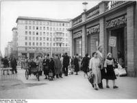 Bundesarchiv Bild 183-33041-0013, Berlin, Karl-Marx-Allee, Passanten vor Geschäft