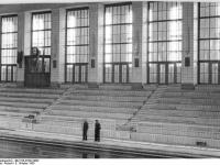 Bundesarchiv Bild 183-33322-0002, Rostock, Schwimmhalle, Zuschauertribüne