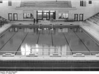 Bundesarchiv Bild 183-33322-0003 Rostock Schwimmhalle Schwimmbecken